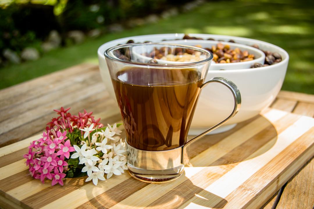 게이샤와 같은 커피는 없습니다. 게이샤는 강렬한 향을 지닌 커피입니다. 잔을 따르는 순간 꽃, 감귤류, 쟈스민, 백도의 향을 즉시 맡을 수 있습니다.